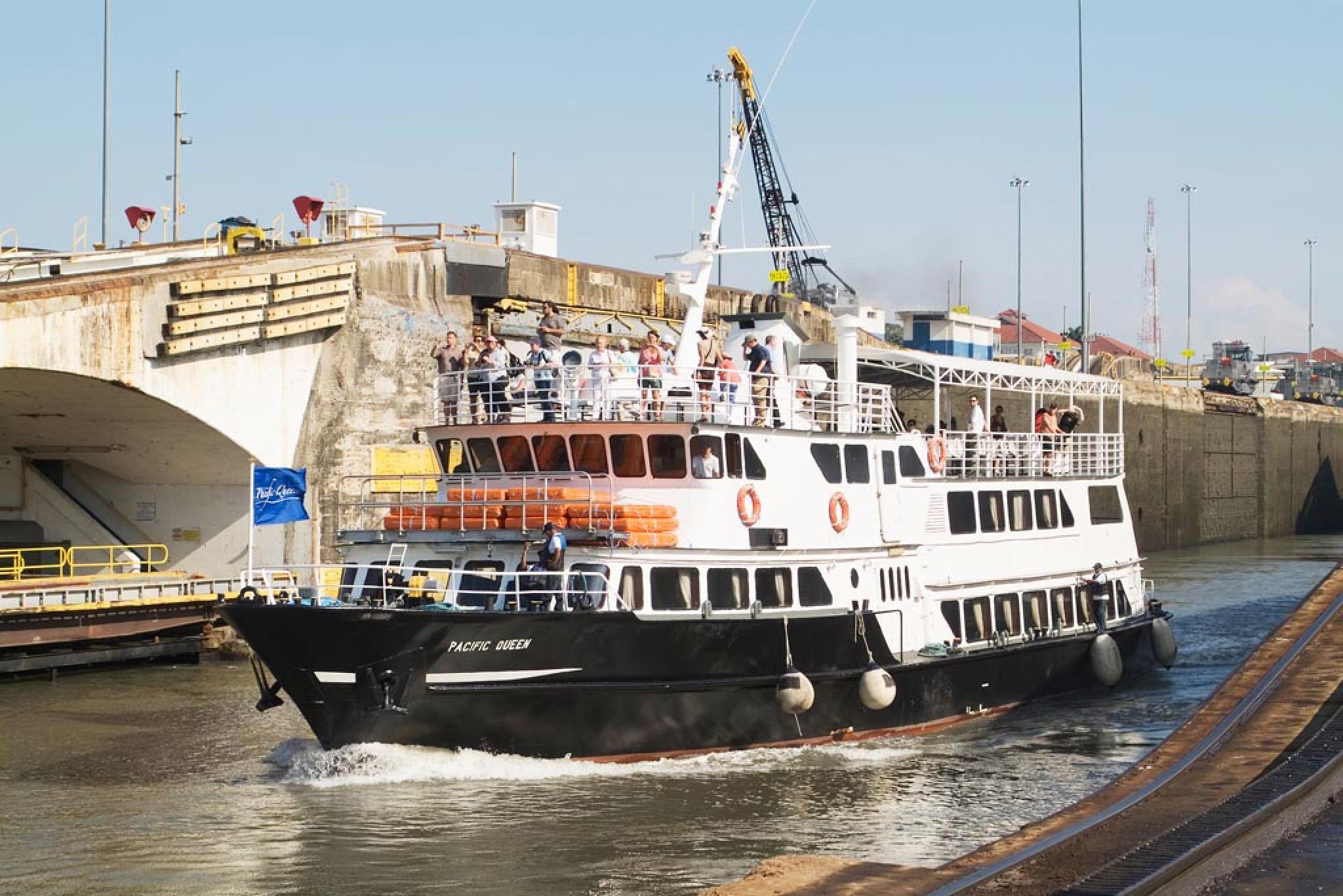 Tour Pacific Queen en el Canal de Panamá