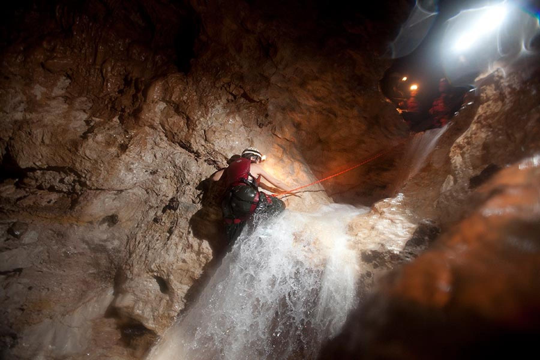 Expedición a la cueva de la cascada en Caves Branch